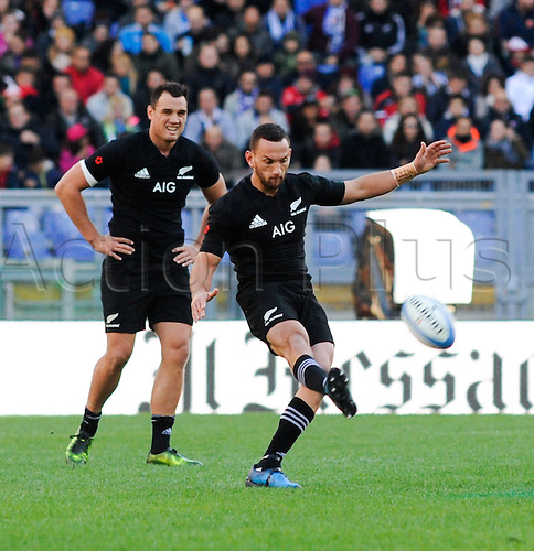 12.11.2016. Stadio Olimpico, Rome, Italy. Autumn International Rugby. Italy versus New Zealand. Aaron Cruden kicks off with a short kick for position
