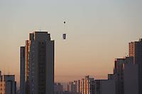 SÃO PAULO, SP, 27/05/2012, CLIMA TEMPO.<br /> <br />  O sol apareceu forte na manhã desse Domingo (27) na capital paulista.<br /> <br />  Na foto flagrante de um  balão proximo a predios na Mooca.<br /> <br />  Luiz Guarnieri/ Brazil Photo Press