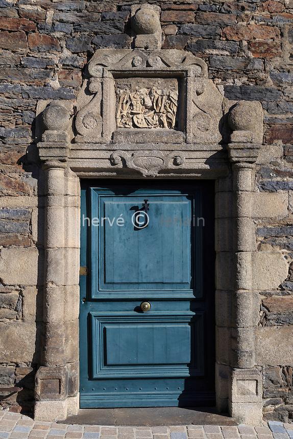 France, Corrèze (19), Uzerche, porte de la maison dite château de Tayac // France, Correze, Uzerche, Tayac Castle door