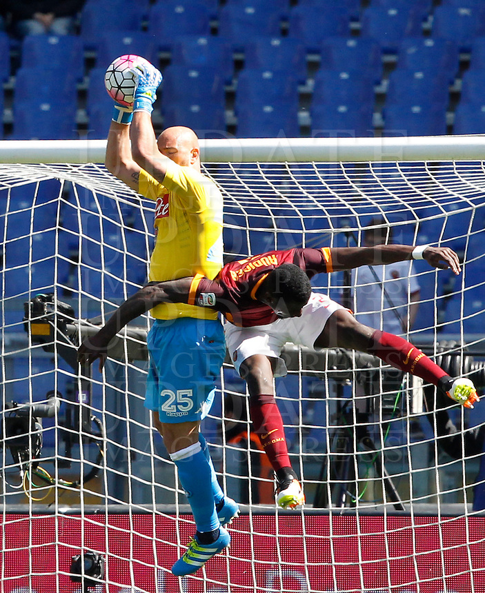 Calcio, Serie A: Roma vs Napoli. Roma, stadio Olimpico, 25 aprile 2016.<br /> Napoli's goalkeeper Pepe Reina, left, grabs the ball as he is challenged by Roma's Antonio Ruediger during the Italian Serie A football match between Roma and Napoli at Rome's Olympic stadium, 25 April 2016.<br /> UPDATE IMAGES PRESS/Riccardo De Luca