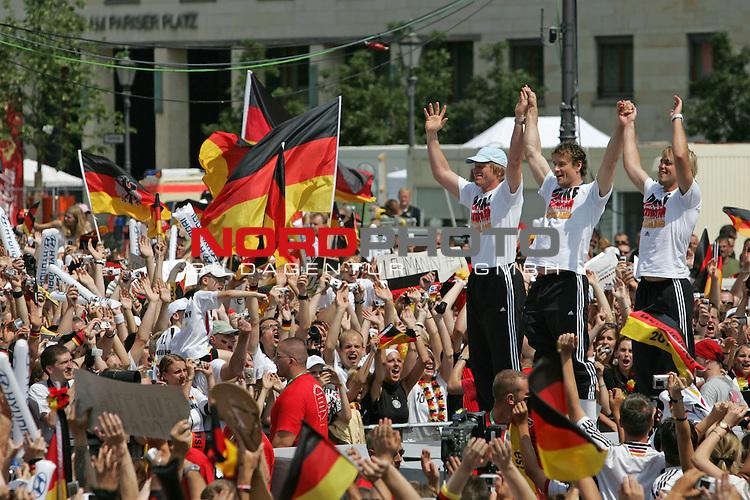 FIFA WM 2006 - Feature Fanmeile Berlin<br /> Verabschiedung der Deutschen Nationalmannschaft.<br /> Supporters from Germany celebrate the german national team (Oliver Kahn, Jens Lehmann and Timo Hildebrand) (l-r) at Brandenburger Tor in Berlin after the World Cup.<br /> Foto &copy; nordphoto