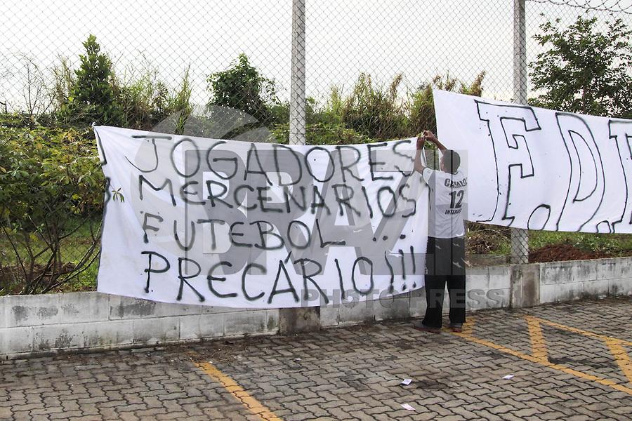 SÃO PAULO, SP, 15.05.2015 - FUTEBOL-CORINTHIANS - Torcedores protestam antes da sessão de treinamento no Centro de Treinamento Joaquim Grava na região leste de São Paulo nesta sexta-feira, 15. (Foto: Marcos Moraes / Brazil Photo Press).