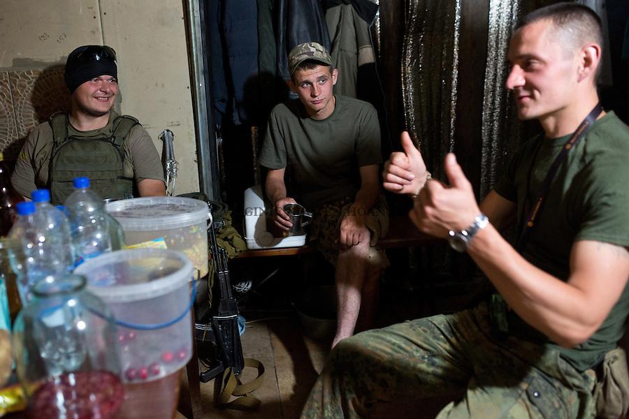 UKRAINE, Pisky: In the evening, the fighters of the unit gathers and tell stories to each other. &quot;It's like a brotherhood, we cheer each other while telling jokes and stories, without this, our moral would be down&quot; says Dan.<br /> <br /> UKRAINE, Pisky: Dans la soir&eacute;e, les combattants de l'unit&eacute; se rassemble et rse racontent des histoires. &quot;C'est comme une fraternit&eacute;, nous nous remontons le moral en se racontant des blagues et des histoires, sans cela, notre morale serait au plus bas&raquo;, raconte Dan.