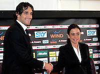 Il nuovo attaccante della Roma Luca Toni stringe la mano al presidente Rosella Sensi, a destra prima della conferenza stampa di presentazione al centro sportivo di Trigoria, Roma, 2 gennaio 2010..AS Roma football team's new forward Luca Toni shakes hands with club's president Rosella Sensi during his official presentation at the club's sporting center on the outskirts of Rome, 2 january 2010. .UPDATE IMAGES PRESS/Riccardo De Luca