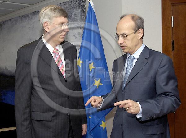 Brussels-Belgium - 22 November 2006---Gijs DE VRIES (ri), EU Counter-terrorism Co-ordinator, receives Dr. Ingo WOLF (le), Minister for the Interior and Sports of NRW (Nordrhein-Westfalen / North Rhine-Westphalia)---Photo: Horst Wagner/eup-images