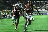 ATENÇÃO EDITOR: FOTO EMBARGADA PARA VEÍCULOS INTERNACIONAIS SÃO PAULO,SP,17 OUTUBRO 2012 - CAMPEONATO BRASILEIRO - PORTUGUESA x FLAMENGO - Valdomiro jogador da Portuguesa durante partida Portuguesa x Flamengo válido pela 31º rodada do Campeonato Brasileiro no Estádio Doutor Osvaldo Teixeira Duarte (Canindé), na região norte da capital paulista na noite desta quarta feira  (17).(FOTO: ALE VIANNA -BRAZIL PHOTO PRESS).