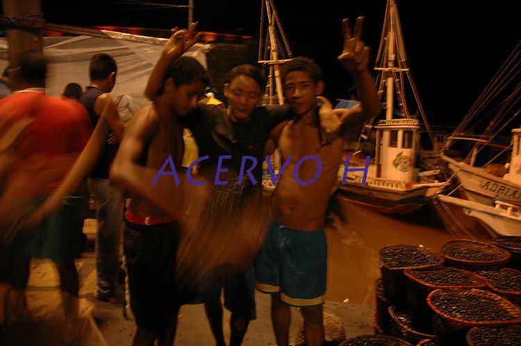 Carregadores da Feira do Açaí, iniciam o descarregamento do fruto das centenas de barcos que chegam de diversas partes do estado, principalmente da chamada região das ilhas.<br />Belém, Pará, Brasil<br />Foto Paulo Santos