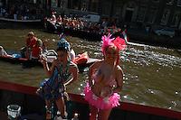 AMSTERDAM-HOLANDA- Dos mujers posan con sus disfraces  en un bote en los canales de la ciudad durante el día de la Reina./ A couple of women posing with their costumes on a boat into the waterways of the city during the Queen's day.  Photo: VizzorImage/STR
