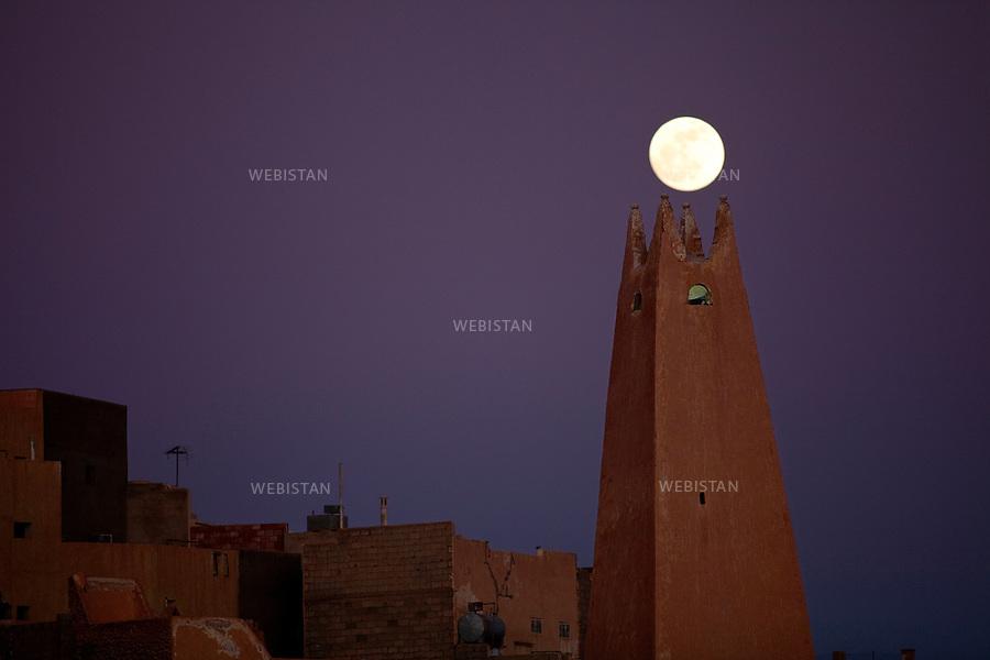 Algerie. Village de Bounoura. 8 Janvier 2012..Non loin de la ville de Ghardaia , le village de Bounoura, « la lumineuse » a ete fonde au debut du XIeme siecle. Nuit d'une pleine lune sur le minaret de la mosquee El Nour...Algeria. Village of Bounoura. January 8, 2012...Not far from the town of Ghardaia, the village of Bounoura, « the light » was founded at the beginning of the XI century. Full moon night on the minaret of the El Nour mosque....