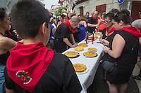 France, Pyrénées-Atlantiques (64), Pays-Basque, Saint-Jean-de-Luz:  lors des Fêtes de la Saint-Jean, concours de tortillas / France, Pyrenees Atlantiques, Basque Country, Saint Jean de Luz, Saint John's Eve, Tortillas contest