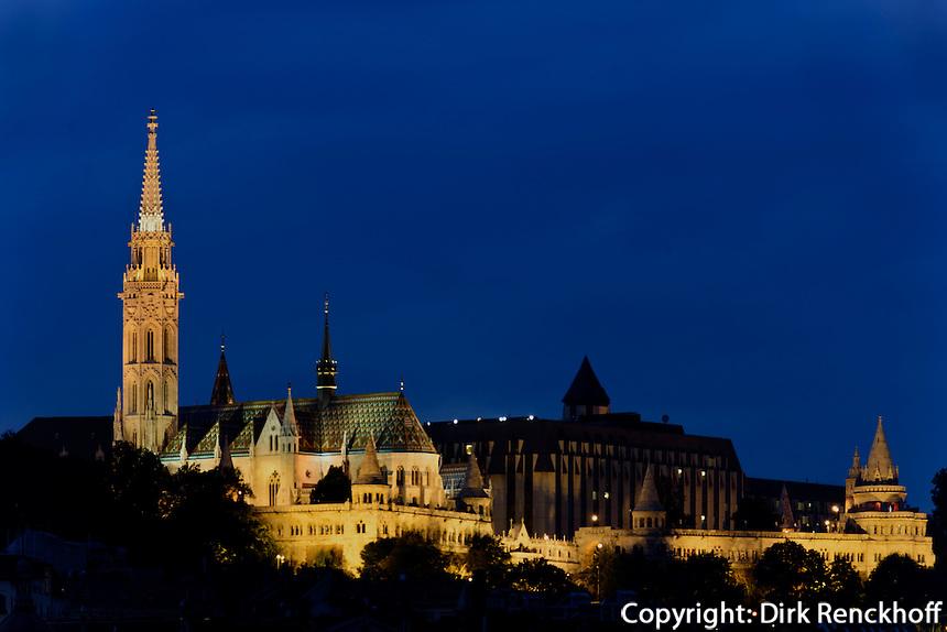 Bliick von Pest auf Buda mit Matthiaskirche, Mátyàs templon und Fischerbastei, Halászbástya, Budapest, Ungarn, UNESCO-Weltkulturerbe