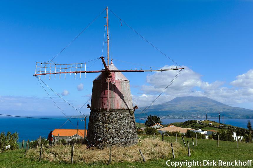 Windmühle auf Monte Espalamaca, Blick auf  Pico auf der Insel Faial, Azoren, Portugal