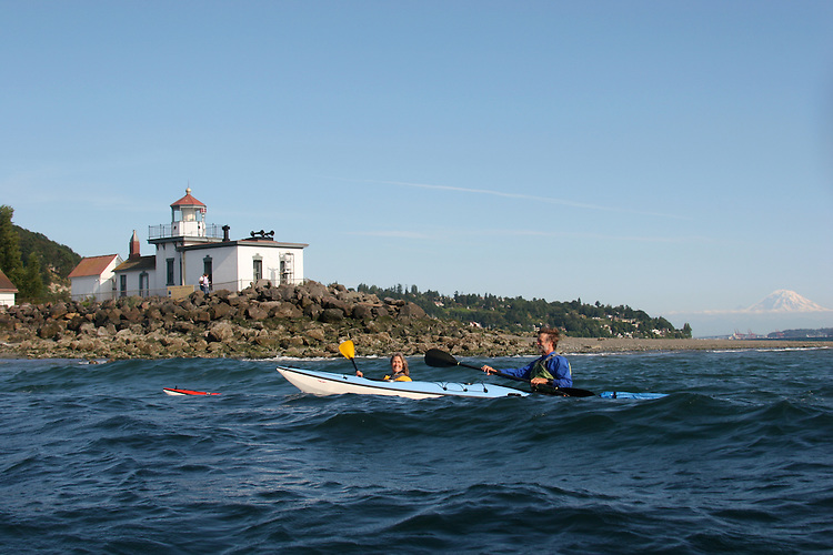Seattle, sea kayakers, West Point lighthouse, Mount Rainier, Discovery Park, Puget Sound, Washington State, Pacific Northwest, U.S.A.,