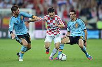 FUSSBALL  EUROPAMEISTERSCHAFT 2012   VORRUNDE Kroatien - Spanien                 18.06.2012 Tomislav Dujmovic (Mitte, Kroatien) gegen Sergio Ramos (li) Alvaro Arbeloa (re, beide Spanien)