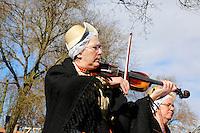 Enkhuizen.  Klederdrachtfestival in het Zuiderzeemuseum. Vrouw in klederdracht uit Wijdenes speelt viool