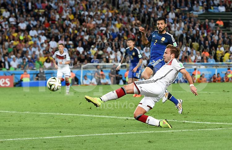 FUSSBALL WM 2014                FINALE Deutschland - Argentinien     13.07.2014 Mario Goetze (re, Deutschland) erzielt das Tor zum 1.0.