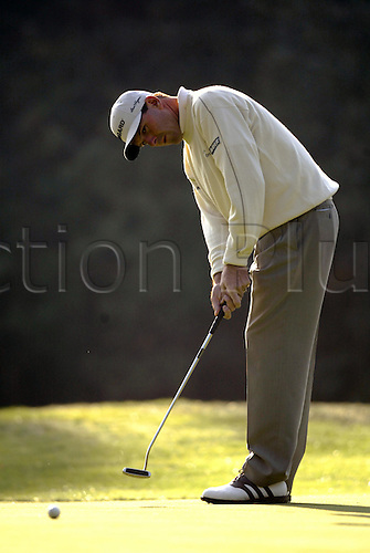 October 16, 2003: American golfer LEN MATTIACE (USA) putts on the 1st Green during the first round of the HSBC World Matchplay Championship at Wentworth, Mattiace lost to Thomas Bjorn 4&3. Photo: Glyn Kirk/action plus...match play golf 031016 player matchplay