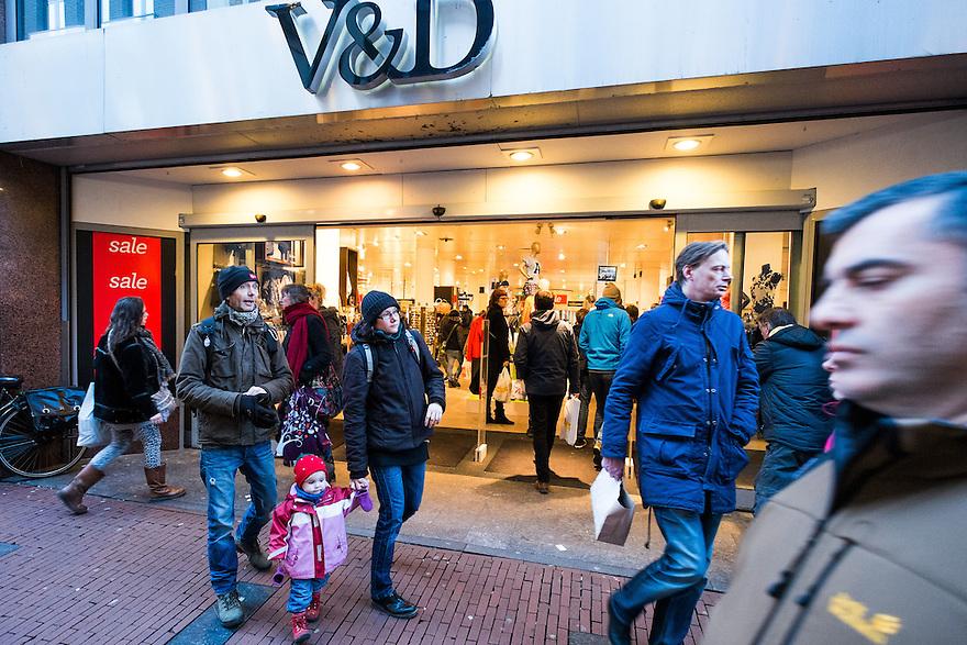Nederland, Amsterdam, 31 jan 2015<br /> Winkelend publiek bij de V en D in de Kalverstraat. <br /> V&amp;D heeft liquiditeitsproblemen en kan de huur van panden op de mooiste plekken in de stad niet meer betalen. Personeel krijgt een loonsverlaging van 6% opgedrongen<br /> Foto: (c) Michiel Wijnbergh