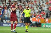 Referee Stephanie Frappart and Jordan Henderson of Liverpool during the UEFA SUPERCUP match between Liverpool and Chelsea at Vodafone Park in Istanbul , Turkey on August 14 , 2019. PUBLICATIONxNOTxINxTUR<br /> Foto Imago/Insidefoto