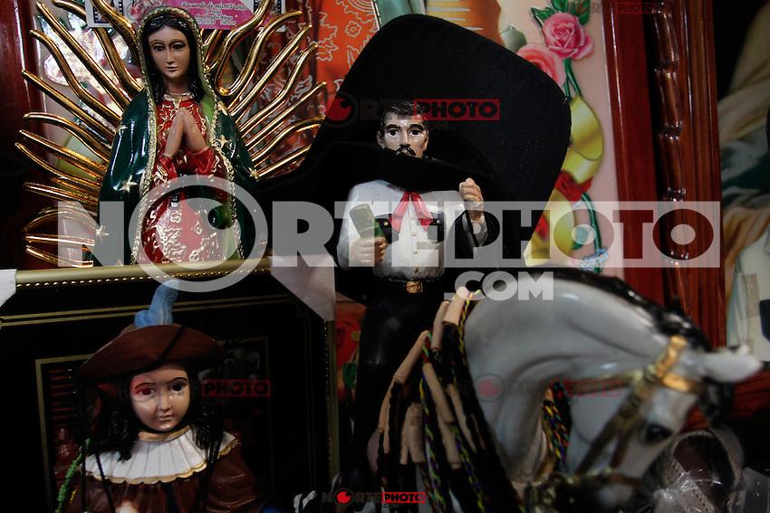 Altar en honor a Jes&uacute;s Malverde Jes&uacute;s Malverde que es venerado como Santo el cual todos los d&iacute;as  atrae a cientos de seguidores a su capilla en la capital de Sinaloa, tierra de los principales narcotraficantes mexicanos.<br /> <br /> Existen varias versiones de su  leyenda una de ellas cuenta que vivi&oacute; hace m&aacute;s de un siglo en el norte de M&eacute;xico robando a ricos para dar a los pobres, es ahora un jugoso negocio para los presos en las c&aacute;rceles de Mexico en donde se  fabrican  una diversidad de art&iacute;culos  de este santo venerado por el narcotr&aacute;fico mexicano.<br /> Malverde no es reconocido por la Iglesia Cat&oacute;lica como un santo que hace milagros.<br /> ..Culiacan Sinaloa Mexico,