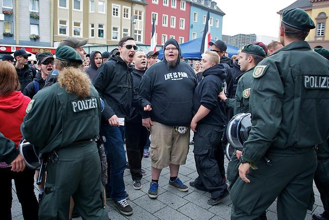 Am Samstag den 28. August 2010  versammelten sich Neonazis von den sog. Autonomen Nationalisten zusammen mit NPDlern auf dem Rathausplatz von Witten um Werbung fuer eine neofaschistische Demonstration zum Antikriegstag am 4. September 2010 in Dortmund zu machen.<br />Die Polizei schirmte mit mehreren Hundertschaften aus ganz NRW die ca. 50 Neonazis vor 3-400 Gegendemonstranten ab.<br />Im Bild: Sog. Autonome Nationalisten singen das HJ-Lied &bdquo;Ein junges Volk steht auf&ldquo;. Die Polizei lies die Neonazis trotz Versto&szlig;es gegen den Prargrafen 86a  gewaehren.<br />28.8.2010, Berlin<br />Copyright: Christian-Ditsch.de<br />[Inhaltsveraendernde Manipulation des Fotos nur nach ausdruecklicher Genehmigung des Fotografen. Vereinbarungen ueber Abtretung von Persoenlichkeitsrechten/Model Release der abgebildeten Person/Personen liegen nicht vor. NO MODEL RELEASE! Don't publish without copyright Christian-Ditsch.de, Veroeffentlichung nur mit Fotografennennung, sowie gegen Honorar, MwSt. und Beleg. Konto: I N G - D i B a, IBAN DE58500105175400192269, BIC INGDDEFFXXX, Kontakt: post@christian-ditsch.de Urhebervermerk wird gemaess Paragraph 13 UHG verlangt.]