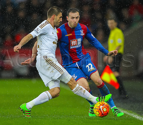 06.02.2016. Liberty Stadium, Swansea, Wales. Barclays Premier League. Swansea versus Crystal Palace. Crystal Palace Jordon Mutch passes the ball while under pressure from Swansea City's Angel Rangel