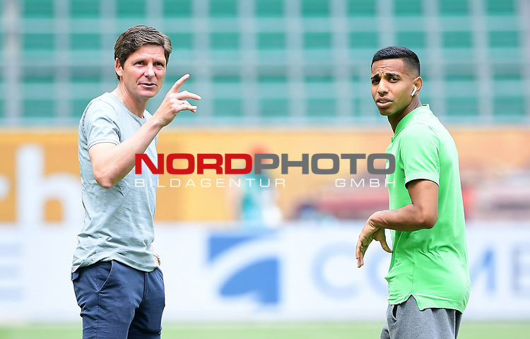 v.l. Trainer Oliver Glasner (Wolfsburg), Joao Victor<br />