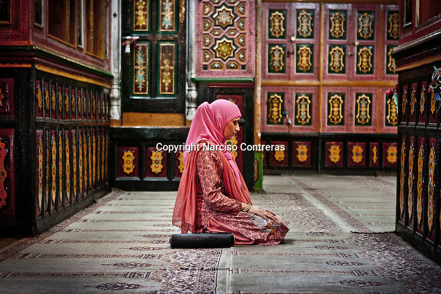 A kashmiri muslim woman pray at the Dasrgir Saheb shrine in Srinagar. Muslims around the world are attending the holy month of Ramadan, where they observe the devout fast from dawn to dusk.