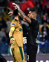 BOGOTÁ - COLOMBIA, 23-10-2018: Camilo Vargas (Izq.) y Juan Quintero (Der.) jugadores de Deportivo Cali (COL), celebran el empate con Independiente Santa Fe (COL), al final de partido de ida entre Independiente Santa Fe (COL) y Deportivo Cali (COL), de los cuartos de final, S1 por la Copa Conmebol Sudamericana 2018, en el estadio Nemesio Camacho El Campin, de la ciudad de Bogotá. / Camilo Vargas (L) and Juan Quintero (R)  players of Deportivo Cali (COL), celebrate the tie with Independiente Santa Fe (COL), at the end of a match of the first leg between Independiente Santa Fe (COL) and Deportivo Cali (COL), of the quarterfinals, S1 for the Conmebol Sudamericana Cup 2018 in the Nemesio Camacho El Campin stadium in Bogota city. Photo: VizzorImage / Luis Ramírez / Staff.