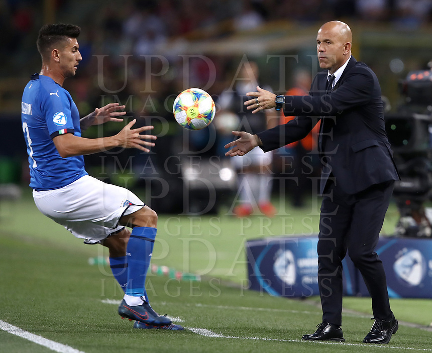Football: Uefa under 21 Championship 2019, Italy -Poland, Renato Dall'Ara stadium Bologna Italy on June19, 2019.<br /> Italy's under 21 national team coach Luigi Di Biagio (r) gives the ball to his player Lorenzo Pellegrini  during the Uefa under 21 Championship 2019 football match between Italy and Poland at Renato Dall'Ara stadium in Bologna, Italy on June19, 2019.<br /> UPDATE IMAGES PRESS/Isabella Bonotto