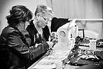 Nathalie et Véronique font de la couture (mais aussi fabriquent des sacs à partir de matériaux recyclés tels que la bande magnétique des cassettes VHS ou des sacs plastiques Super U) au Repair Café de Beaufort-en-Vallée (Maine-et-Loire).