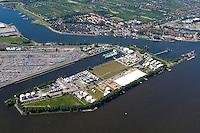 4415/Petroleumhafen:EUROPA, DEUTSCHLAND, HAMBURG 19.06.2005: Hafenerweiterung des Eurogate bis in den Petroleum Hafen. Bis 2010 sollen zwei weitere Liegeplaetze für Containerschiffe nach teilweiser Zuschuettung des Petroleum Hafen entstehen (Bildmitte). Dabei sollen zusätzlich 350000 Quadratmeter Stellfaeche entstehen. Die  Verlagerung oder Entschaedigung des jetzigen Betreibers der  Firma Bominflot Tanklager GmbH ist noch nicht gekl.aert. ..Elbe, Hamburger Hafen, Erweiterung, Waltershof.Luftaufnahme, Luftbild,  Luftansicht