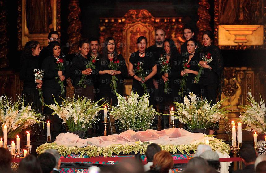 MDF10312.El coro del Claustro de Sor Juana canta junto  al cuerpo de la cantante Rita Guerrero en el homenaje para  darle el útimo adios. Al ritmo del son interpretado por un colectivo de amigos, la cantante Rita Guerrero fue despedida este sábado en el Claustro de Sor Juana, donde la constante fueron las notas musicales y los arreglos florales NOTIMEX/FOTO/ALEJANDRO MELÉNDEZ/AMO/ACE/