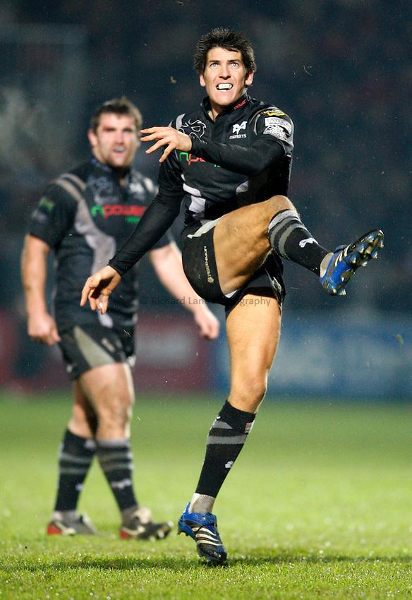 Photo: Richard Lane/Richard Lane Photography..Gloucester Rugby v Ospreys. Heineken Cup. 16/11/2007. .Ospreys' James Hook kicks.