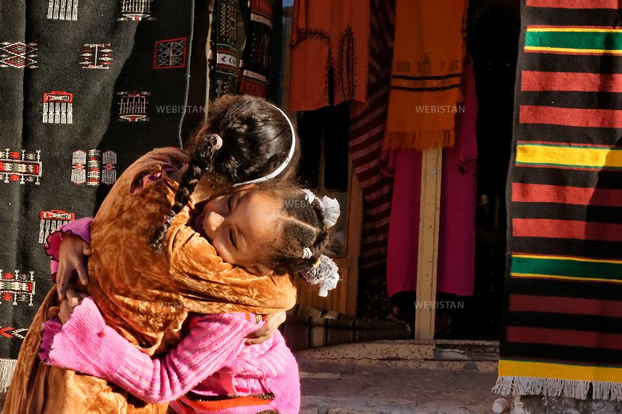 Algerie. Ville de Ghardaia. 4 Janvier 2012...Sur la place du marche, au c?ur de la .ville de Ghardaia, tout se vit et se partage...Algeria, town of Ghardaia. January 4, 2012..The lively market located in the heart of Ghardaia is a place of sharing....