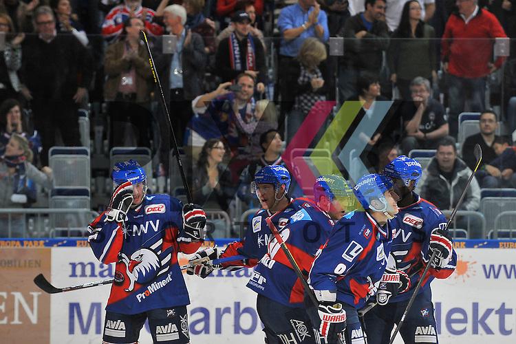 Mannheim 21.10.12, DEL, Adler Mannheim - Grizzly Adams Wolfsburg, Torjubel zum 3:2 vom Torschuetzen Mannheims Mike Glumac (Nr.16), Mannheims Nikolai Goc (Nr.77), Mannheims Craig MacDonald (Nr.10), Mannheims Marcel Goc (Nr.9) und Mannheims Shawn Belle (Nr.7) <br /> <br /> Foto &copy; Ice-Hockey-Picture-24 *** Foto ist honorarpflichtig! *** Auf Anfrage in hoeherer Qualitaet/Aufloesung. Belegexemplar erbeten. Veroeffentlichung ausschliesslich fuer journalistisch-publizistische Zwecke. For editorial use only.