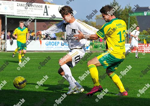 2012-10-21 / voetbal / seizoen 2012-2013 / Witgoor Dessel - Oosterzonen / Een duel om de bal tussen Maico Gerritsen (l) (Oosterzonen) en Nico Hoes (nr 13) (Witgoor)