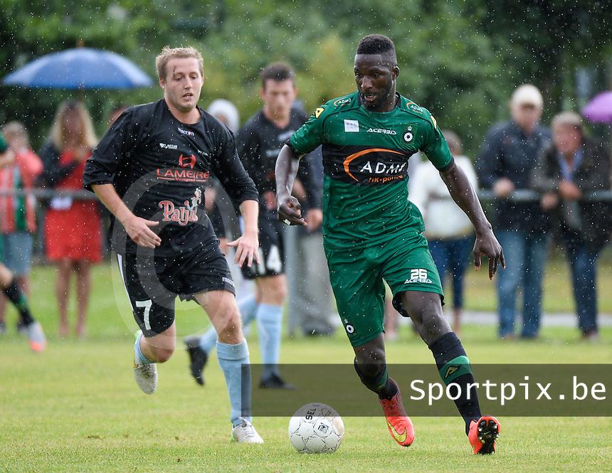 SVV Damme - Cercle Brugge : Lonsana Doumbouya (r) aan de bal voor Kevin Bleyaert (links)<br /> foto VDB / BART VANDENBROUCKE