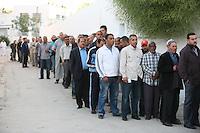 23 ottobre 2011 Tunisi, elezioni libere per l'Assemblea Costituente, le prime della Primavera araba: uomini di diverse età in coda per votare.<br /> premieres elections libres en Tunisie octobre <br /> tunisian elections