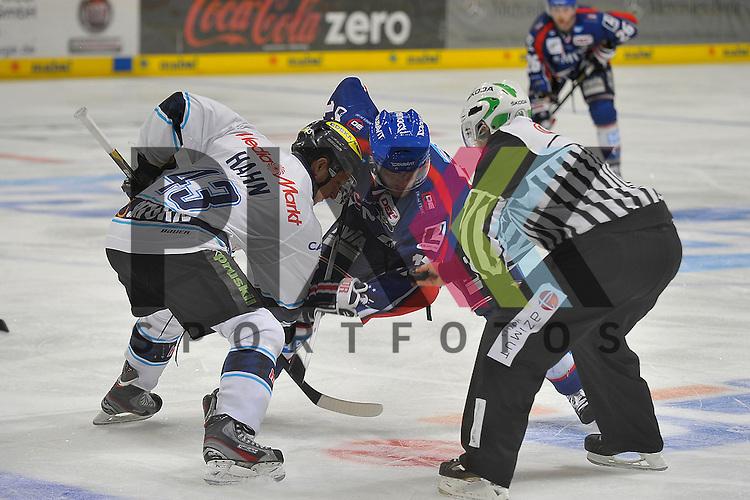 Bully von Ingolstadts Derek Hahn (Nr.43) gegen Mannheims Marcus Kink (Nr.17) beim Spiel in der DEL, Adler Mannheim - ERC Ingolstadt.<br /> <br /> Foto &copy; Ice-Hockey-Picture-24 *** Foto ist honorarpflichtig! *** Auf Anfrage in hoeherer Qualitaet/Aufloesung. Belegexemplar erbeten. Veroeffentlichung ausschliesslich fuer journalistisch-publizistische Zwecke. For editorial use only.