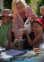 """Berlin, Bundesbildungsministerin Johanna Wanka hilft am Mittwoch (12.06.13) in der Kindertagesstätte (Kita) Reuterstraße bei der frühkindlichen Bildungsinitiative """"Tag der kleinen Forscher"""" der Stiftung """"Haus der kleinen Forscher"""" Kindern bei der Durchführung eines Experiments mit einer Wasseruhr. Foto: Steffi Loos/CommonLens"""