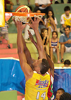 BUCARAMANGA -COLOMBIA, 23-03-2013. Hernández de Búcaros Freskaleche trata de anotar en  partido de la décima séptima fecha de la Liga DirecTV de baloncesto profesional colombiano disputado en la ciudad de Bucaramanga./ Hernandez of Bucaros Freskaleche tries to score in game of the seventeenth date of the DirecTV League of professional Basketball of Colombia at Bucaramanga city. Photos: VizzorImage/Jaime Moreno/STR