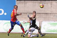 ITAGÜÍ -COLOMBIA-23-06-2013. Jugador (I) del Itagui disputa el balón con Juan Carlos Mosquera (D) de Pasto durante partido de los cuadrangulares finales, fecha 3, de la Liga Postobón 2013-1 jugado en el Estadio Metropolitano Ciudad de Itagüi./ Itagui Player (L) fights for the ball with Pasto Juan Carlos Mosquera (R) during match of the final quadrangular 3th date of Postobon League 2013-1 at Metropolitano stadium in Itagüi city.  Photo:VizzorImage/Luis Ríos/STR