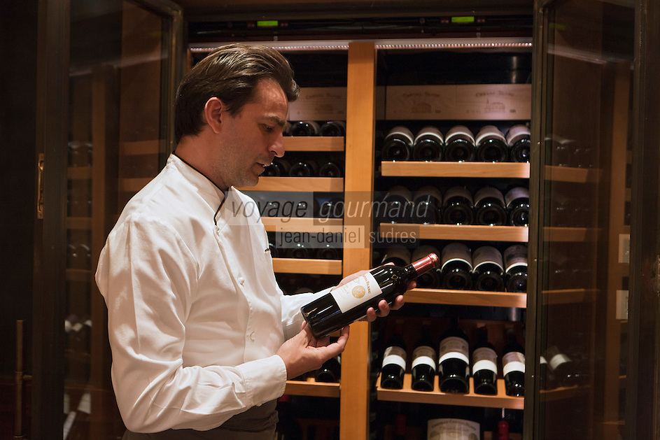 Europe/France/Rhone-Alpes/73/Savoie/Courchevel: Restaurant: Le 1947, à l'Hôtel Cheval Blanc - Yannick Alleno  devant la cave et les bouteilles de Château Cheval Blanc AOC Saint-Émilion, Premier Grand cru classé A  [Non destiné à un usage publicitaire - Not intended for an advertising use]