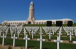 Foto: VidiPhoto<br /> <br /> DOUAUMONT - Het zogenoemde Ossuarium van Douaumont, in de buurt van de Noord-Franse stad Verdun. In het 137 meter lange monument bevinden zich de resten van 130.000 onge&iuml;dentificeerde Franse en Duitse soldaten. Allen zijn gesneuveld tijdens de Slag om Verdun gedurende de Eerste Wereldoorlog. De gangen van het monument bevatten 18 nissen met elk twee tombes. Aan ieder uiteinde bevinden zich vijf andere tombes. Onder de tombes bevinden zich de beenderen van de onge&iuml;dentificeerde soldaten. Aan de achterzijde van het monument bieden kleine glazen vensters zicht op de beenderen die zich eronder bevinden. Ervoor bevindt zich de grootste militaire begraafplaats van de regio met 15.000 graven. Bij de Slag om Verdun in 1916 is er zoveel oorlogsmaterieel achtergebleven, dat de akkers en bossen er nu nog mee bezaaid liggen. Dat trekt jaarlijks tienduizenden verzamelaars naar de voormalige oorlogsvelden, onder wie opmerkelijk veel Nederlanders. Officieel is het verboden oorlogsrestanten op te graven of te zoeken, mede vanwege ontploffingsgevaar. Wie betrapt wordt kan een boete krijgen van 7200 euro. Dit jaar trekt Verdun en omgeving meer bezoekers dan ooit. In november is het namelijk precies 100 jaar geleden dat de wapenstilstand werd getekend tussen de geallieerden (Triple Entente) en de Centrale Mogendheden. De Eerste Wereldoorlog eiste 8,5 miljoen levens.