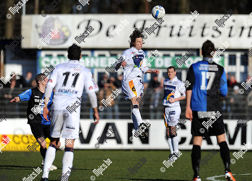 2011-03-06 / Voetbal / seizoen 20102011 / Rupel-Boom - Oud-Herverlee Leuven / Kenneth Van Goetham (OHL) kopt..Foto: Mpics