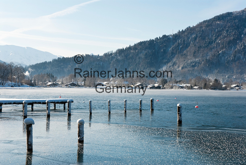 Germany, Bavaria, Upper Bavaria, Tegernseer Valley, Winter at Lake Tegern with view at Rottach-Egern