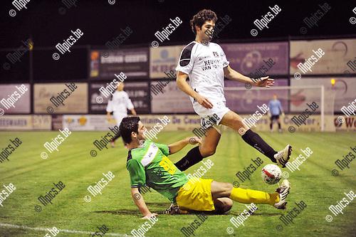2011-10-15 / voetbal / seizoen 2011-2012 / Oosterzonen - St. Lenaaerts / Sam Belmans (r) (Oosterzonen) in een pittig duel met Laurens Van Damme (l) (St. Lenaarts)