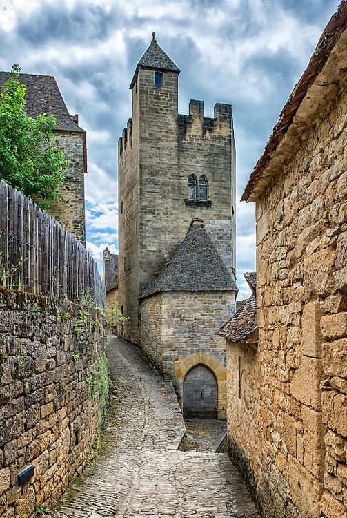 A narrow road leads through Beynac-et-Cazenac up to the Château de Beynac