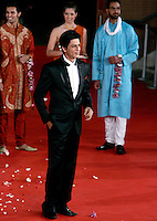 "L'attore indiano Shah Rukh Khan posa sul red carpet per la presentazione del film ""Il mio nome e' Khan"", al Festival Internazionale del Film di Roma, 31 ottobre 2010..Indian actor Shahrukh Khan poses past dancers on the red carpet to present the movie ""My name is Khan"" during the Rome Film Festival at Rome's Auditorium, 31 october 2010..UPDATE IMAGES PRESS/Riccardo De Luca"